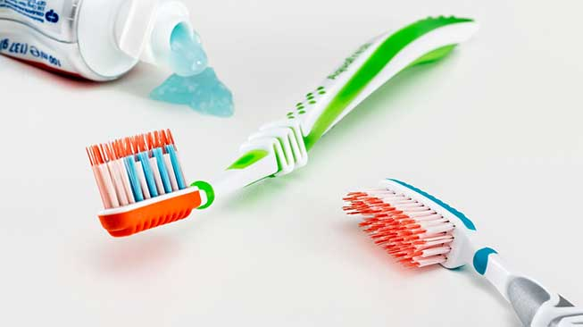 Gunakan Pasta Gigi Dengan Kandungan Fluoride dan Banyak Minum Air Putih